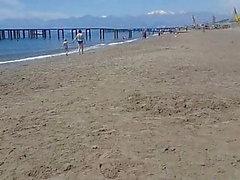 min fru på stranden
