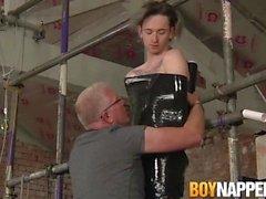 Sub Twink verpackt als Geschenk von seinem Schwanz saugt Master