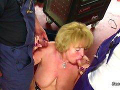 Mommy wird in der Werkstatt von jugen Typen gefickt