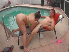 Katie Cummings fickt ihren neuen Nachbarn am Pool (MUST Uhr!)