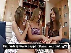 Schattige brunette en blonde lesbos zoenen in een drie manier lesbo orgie