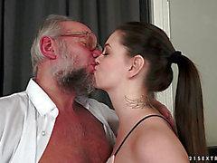 Angelinaen Brill omvärvande ett gammal bemannar schlong