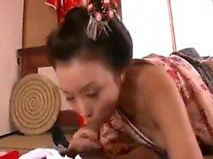 Gestapelte japanische Frau mit einem herrlichen Arsch ist süchtig nach