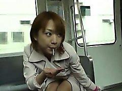 Subtituladas blowjob público japonés y de las rayas en de tren de
