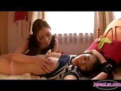 Азии девушка запускается надели наручники то время как другой лесбиянок детка играет вместе с ней