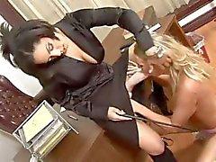Sarışın kız öğrenci kötü ve spanking , stapon ve kedi yalama ile ceza alır