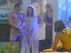 Das Braut vor der Hochzeit die von zwei Kerl fickte