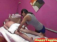 El cliente asiático de las señoras de la masajista durante threeway