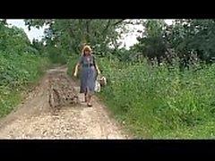 Blond moget gårds kvinna attackerade och brukas i träet