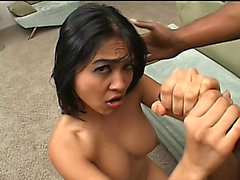 Chica oriental Mika Tan alimenta a su deseo para la oscuridad Weenie Y Hawt Sexo anal