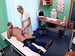 Blonde krankenschwester löst den samenstau ihres patienten