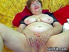 Fett die Großmutter mit Glas Masturbates
