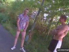 Jongens in park neuken terwijl mensen lopen door