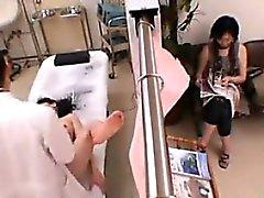 Teenager che asiatica un esame approfondito A Doctor