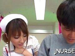 Asien Krankenschwester stellt nude während Kerl sie zu entreißen finger