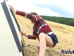 Slampiga tonåringar fingrar hennes våta fitta utomhus