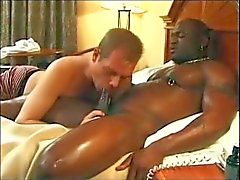 Schwarz Mann steht Kopfes im Hotel
