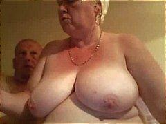 Dikke oude blonde amateur oma spreidt haar mollige kut wijd een krijgt genageld door hubby