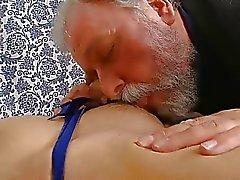 playgirl nova toma wang desagradável de idade em sua boca