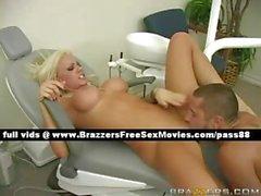 Salope blonde renversante sur une chaise de dentiste