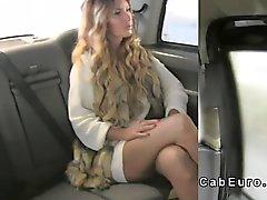 Çarpıcı blonde licks sürücüsüne cab gerekiyordu göt