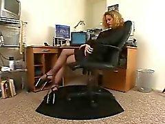 Kåta sekreterare svarta strumpbyxor höga klackar solo