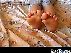 Mi joven que FG burlan de su pies y plantas del pie