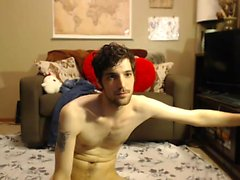 Solo brunette babe toying on cam