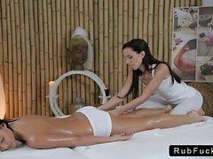 De masajes de la masajista cuerpo caliente de las trigueno bebé