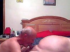 Vovôs tendo grande diversão na cama