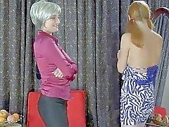 Nuori punapää saa nuolaisi kypsä blondi Momma