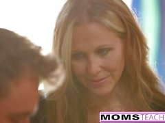 MILF Julia Ann Threeway avec Step-Son & Teen Creampie