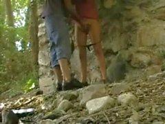 Pares adolescentes que masturbándose sí bajo el puente