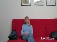 Ung flicka med kåta bröstvårtor bang