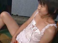 Japanisch jugend von Aoba Itou erwischt spielte ihre Kätzchen in der Küche