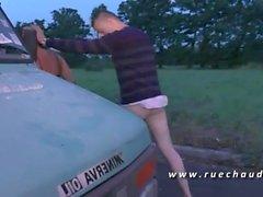 Bonne grosse pute se fait defoncer le cul aux bords de route