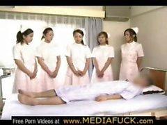 Des infirmières et infirmiers du Japon Le plaisir patiente de la chance