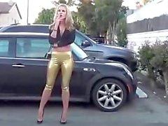 une blonde qui marche dans la rue avec un cul de dingue!