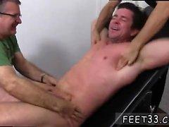 Erkekler eşcinsel Trenton Ducati Bound & Tickl adlı çocuk ayağında mastürbasyon yapıyor