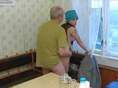 Abuelo dandole duro a su nieta