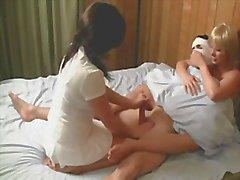 Des infirmières et infirmiers le foutre sur du patient pour le calmer