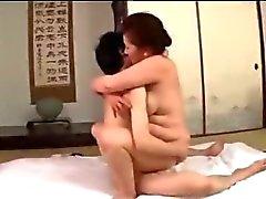 Graisse mûr de femme Se sa chatte poilue baisée par de jeune Guy Sperme Vers SEINS sur le matelas dans la salle de