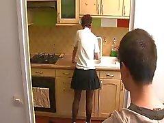 Mom Rousses prend la garçon voisin et de suce et se le baise