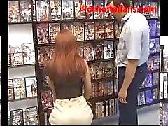 Pompino della matura rossa italiana al sexy shop - Blowjob milf italian sexy shop