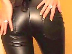 Sperme sur les pantalons en cuir