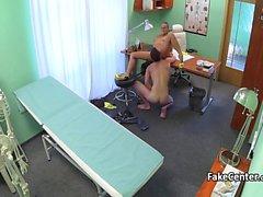 Allaiter sexy de fucks le médecin sur le bureau