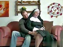 Adolescente del muchacho alemana de seducir abuelita Nun