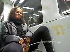 puta alemana echa una meada en un tren