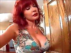 Redhead milf Vanessa förför ung BBC