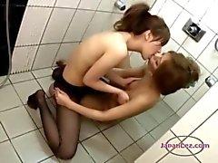 2 Asian Girls In Sukkahousut silittäminen hierominen Tissit suuteleeSuihku